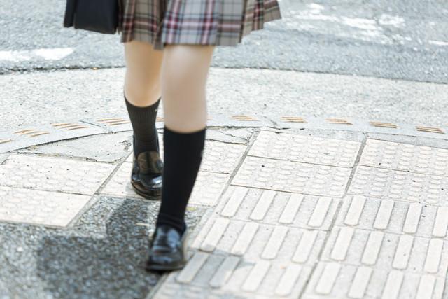 歩道を歩く女子高生の足元の写真
