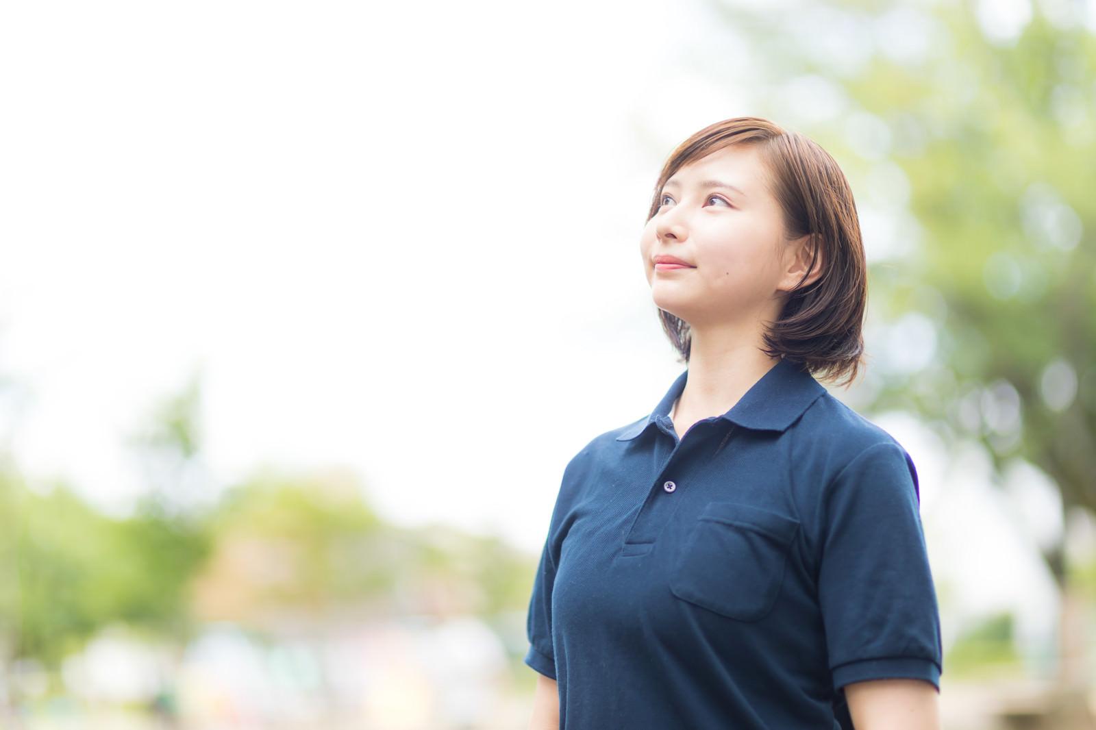 「空を見上げるヘルパーの女性」の写真[モデル:yumiko]