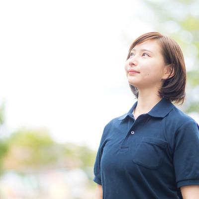 空を見上げるヘルパーの女性の写真