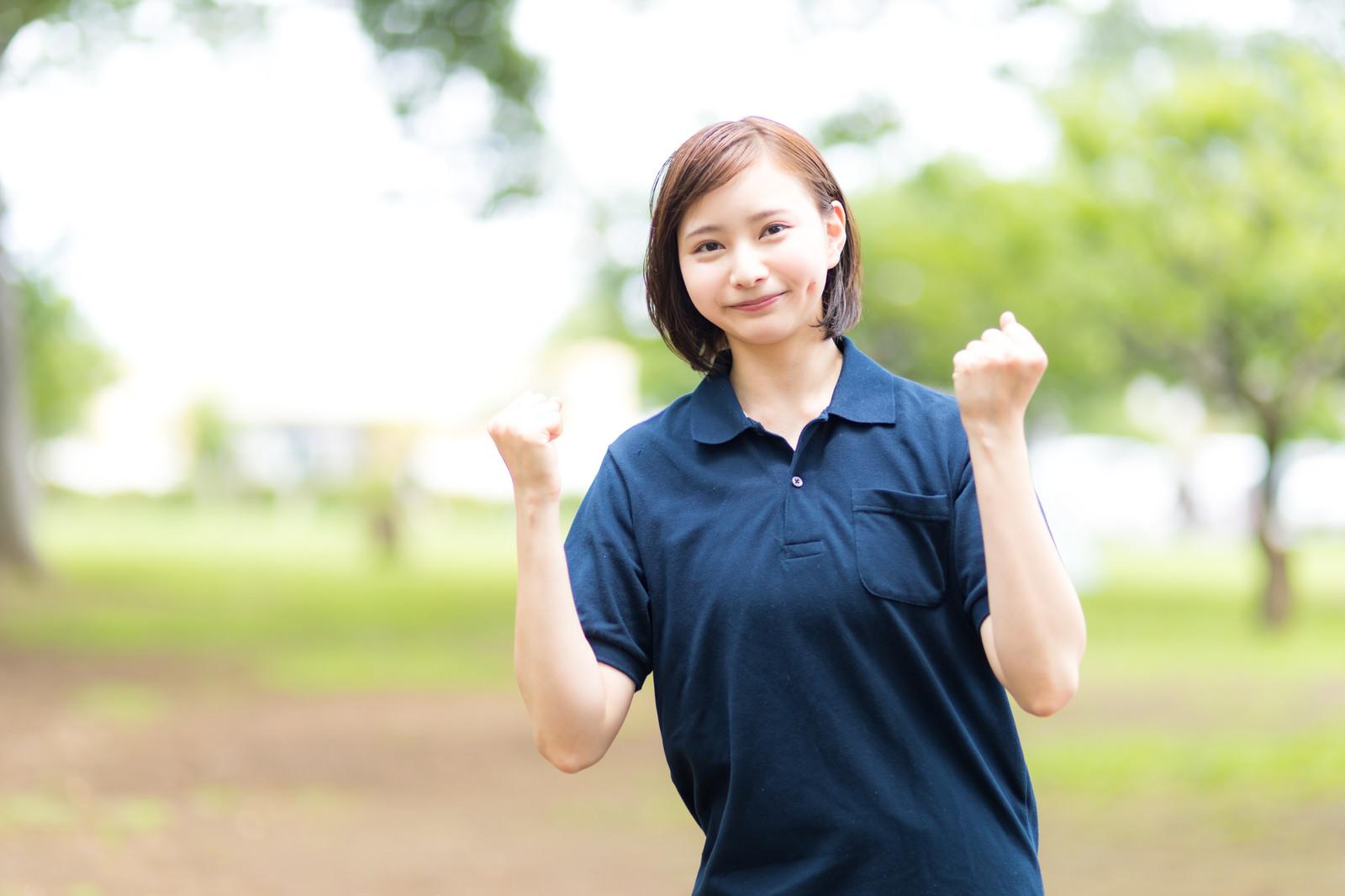 「元気を出していきましょうと励ます介護士の女性」の写真[モデル:yumiko]