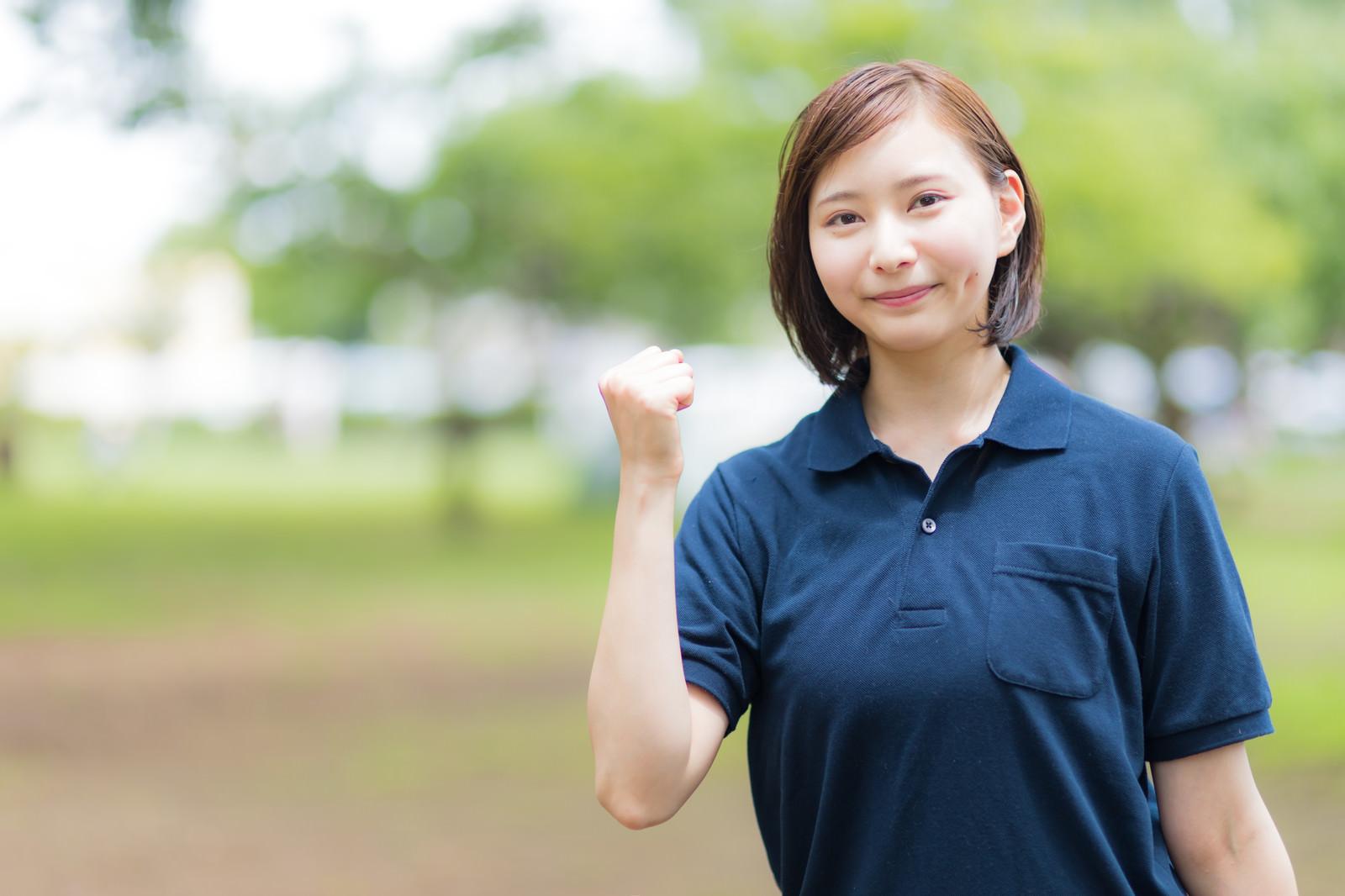 「ガッツポーズで応援する介護子の女性」の写真[モデル:yumiko]