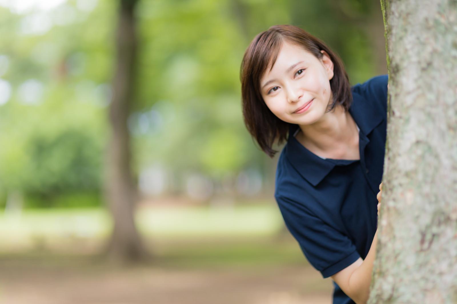 「木陰から見守る女性」の写真[モデル:yumiko]