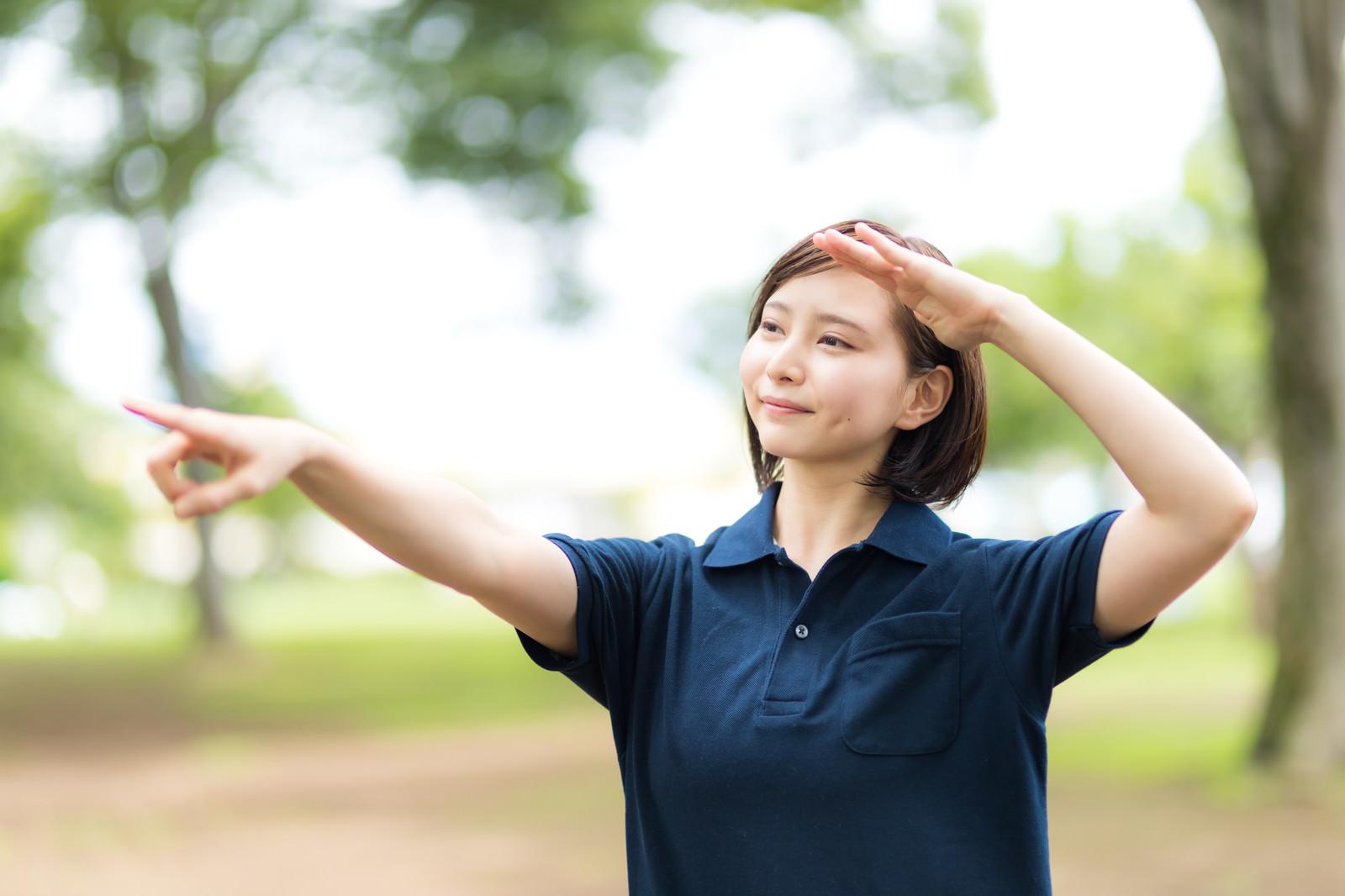 「熱中症を気にして日陰を指差すヘルパーの女性」の写真[モデル:yumiko]