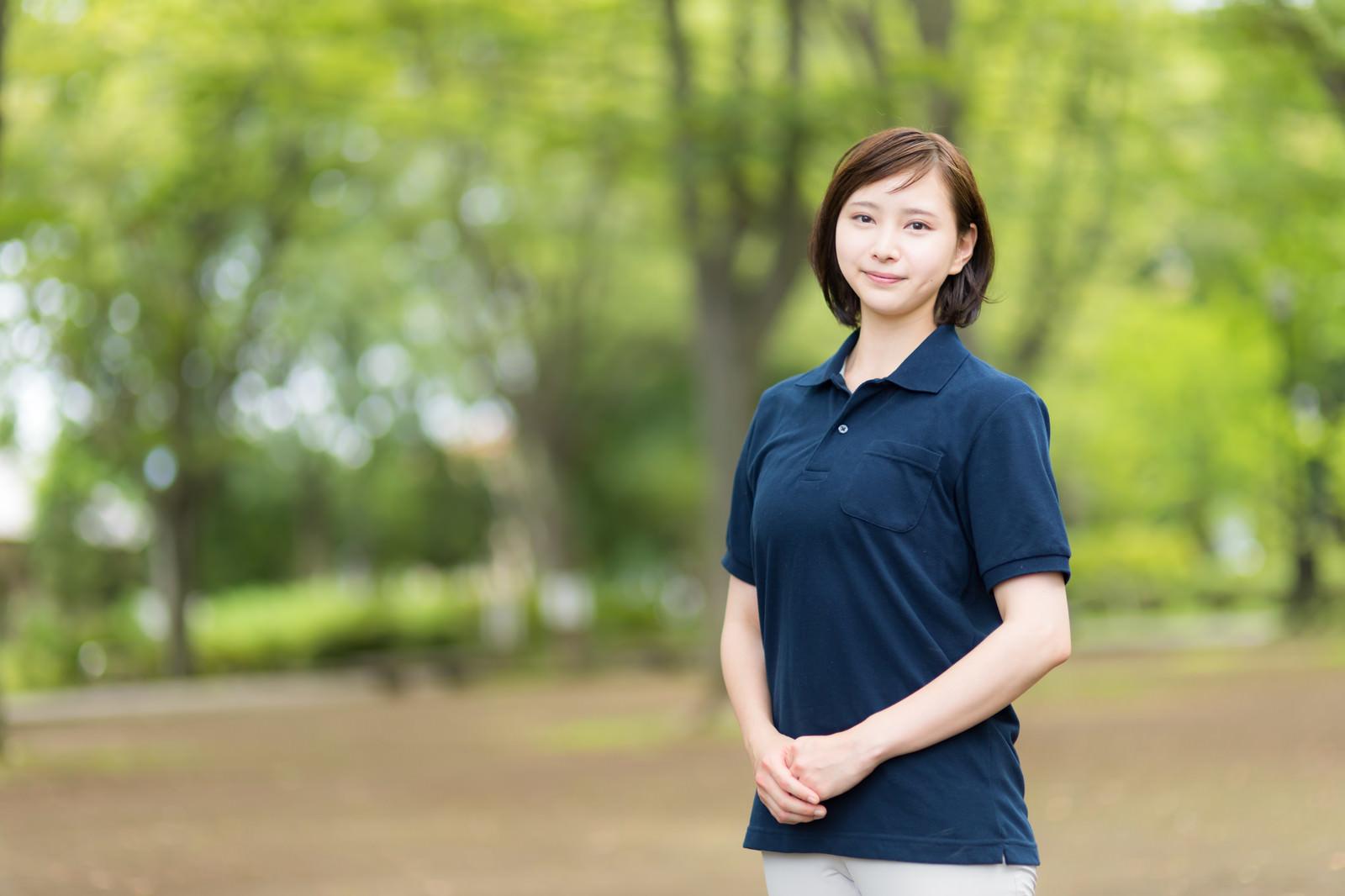 「新緑の公園と美しい介護士の女性」の写真[モデル:yumiko]