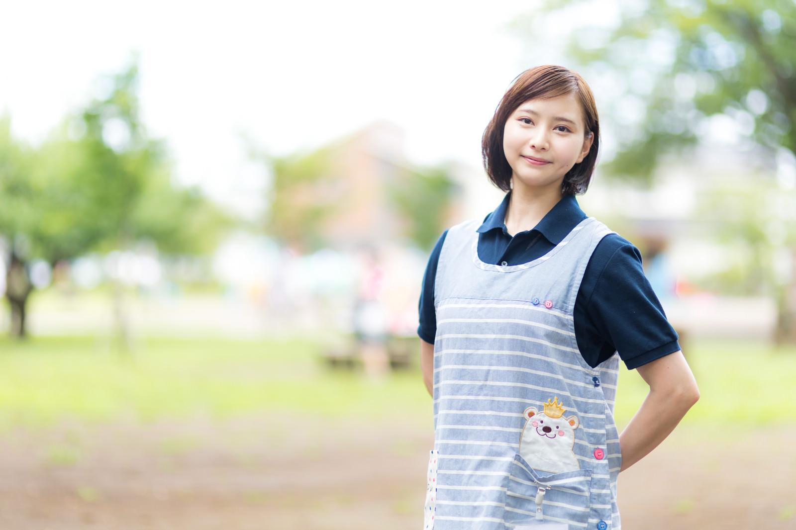 「エプロン姿の介護士の女性」の写真[モデル:yumiko]