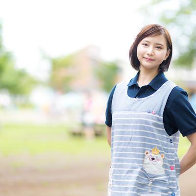 エプロン姿の介護士の女性の写真
