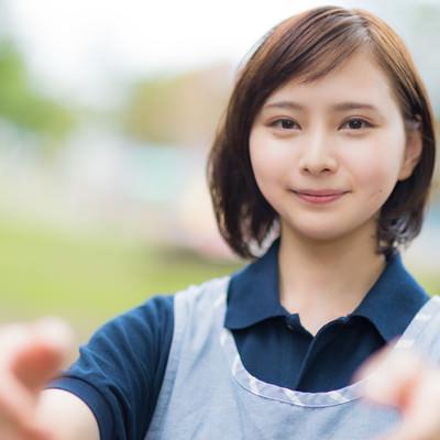 両手を差し伸べる介護士の女性の写真