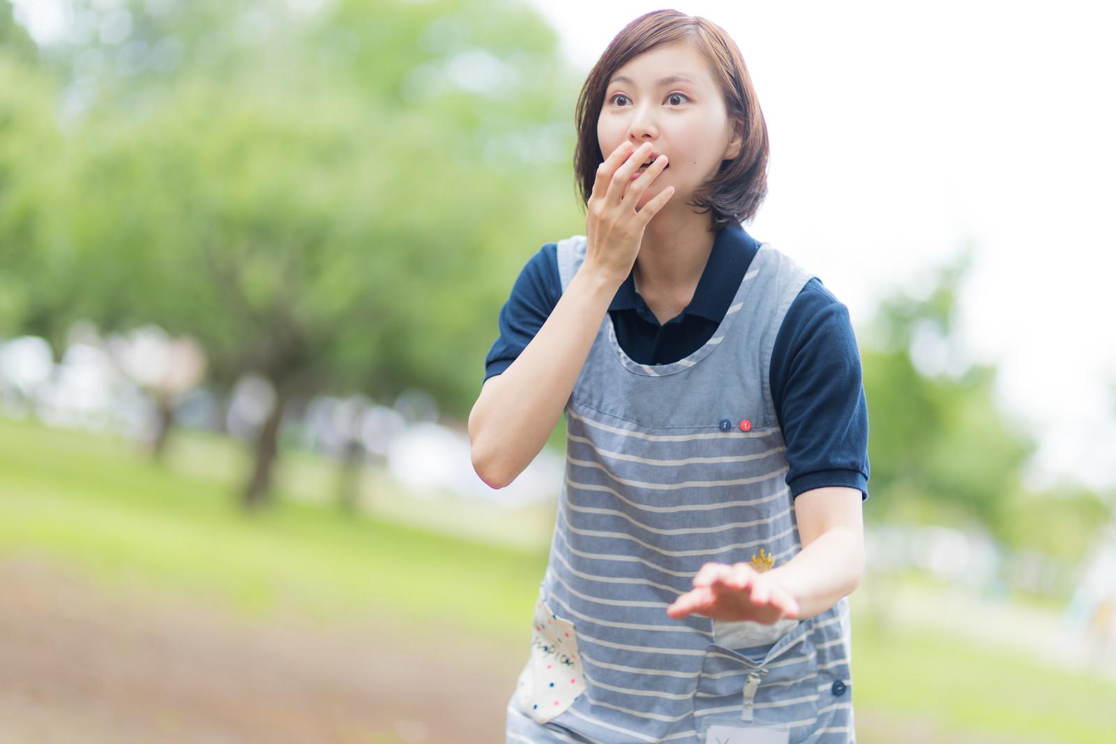 「思いがけない出来事に驚き声も出ない介護士の女性」の写真[モデル:yumiko]