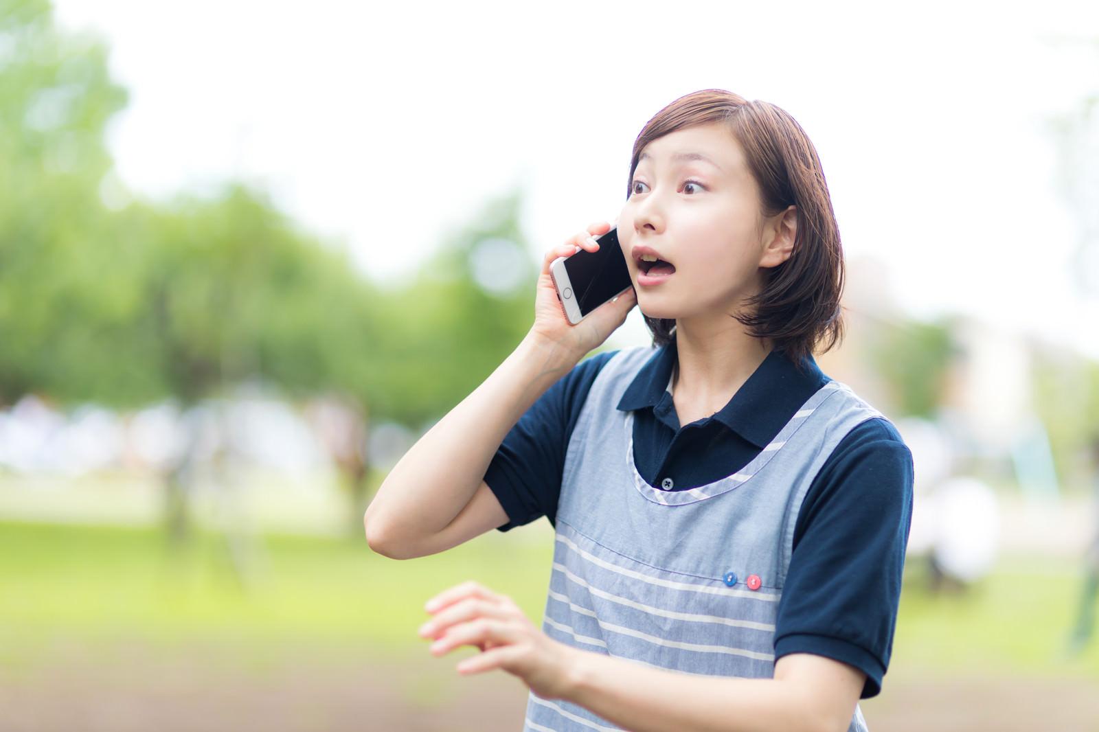 「迷子を発見したと連絡があった介護士」の写真[モデル:yumiko]