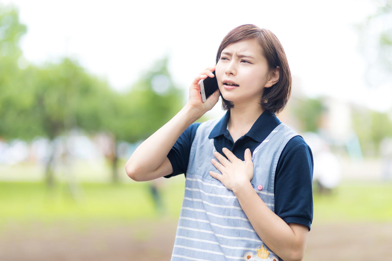 「心配事が解消してホッとする介護士の女性」の写真[モデル:yumiko]