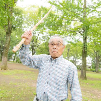 激おこのお爺さんが持っていた杖を振りかざしてきたの写真