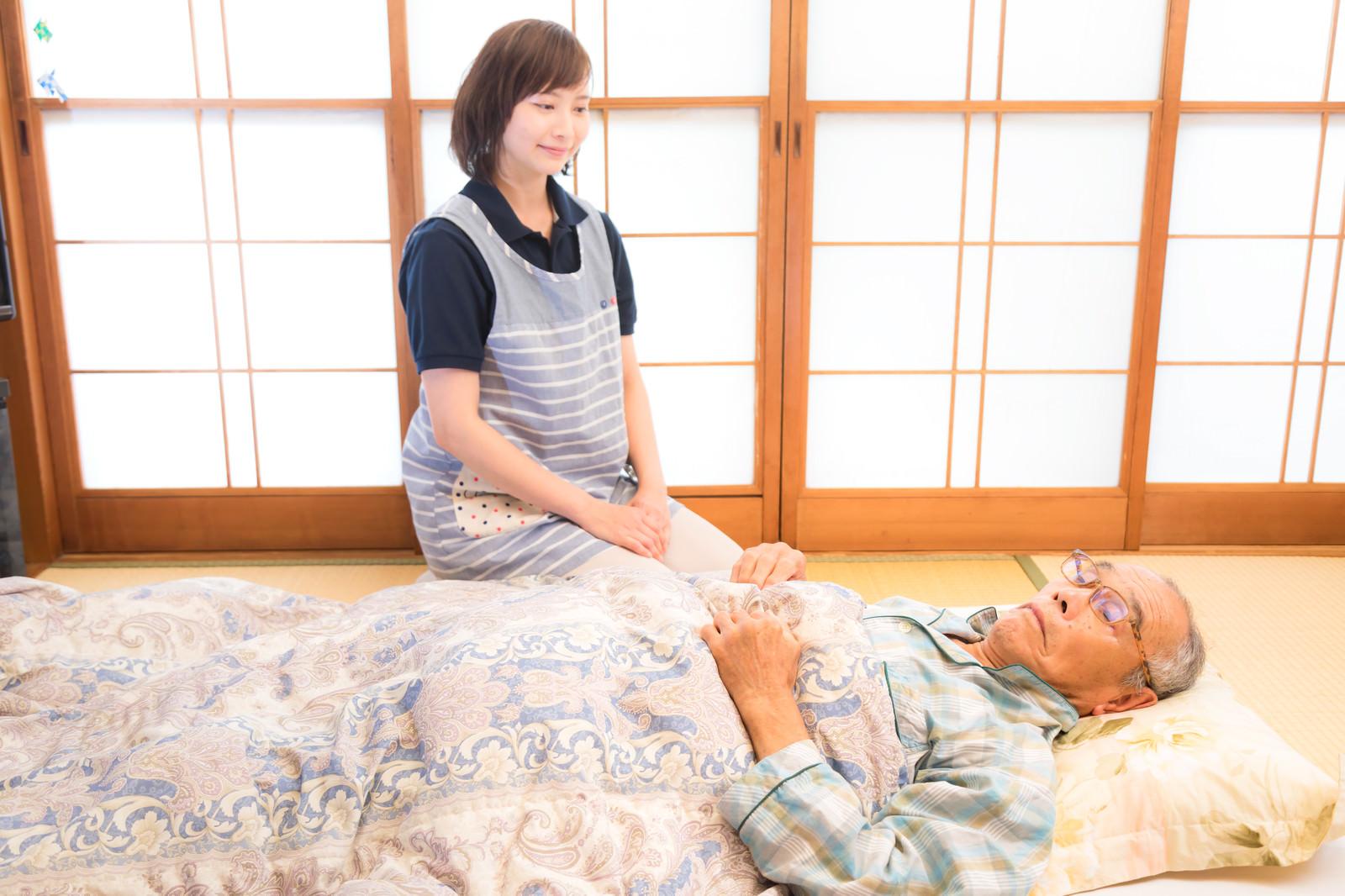 「寝たきり老人の訪問介護」の写真[モデル:まーちゃん yumiko]