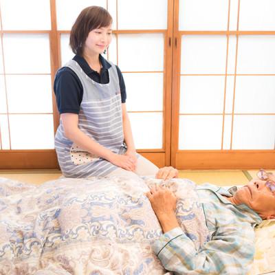 寝たきり老人の訪問介護の写真