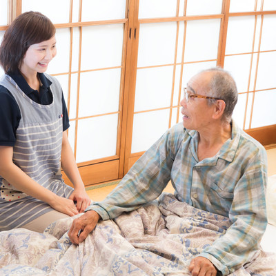 出張介護の女性と話すお爺さんの写真