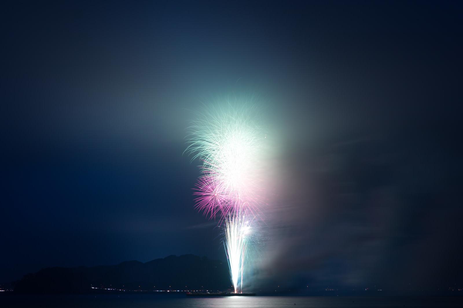 「煙で花火がほとんど見えない2018年鎌倉花火大会」の写真