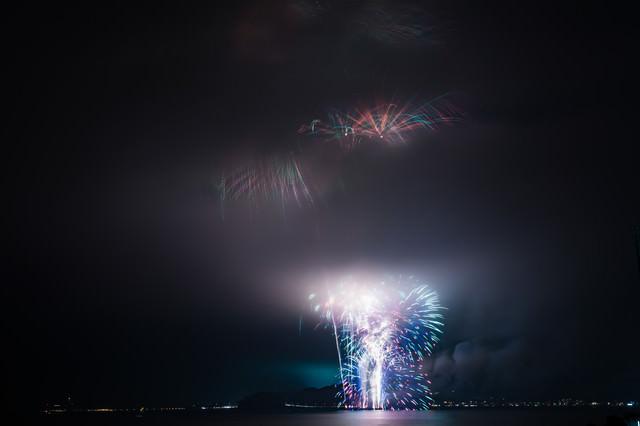 煙で花火が見えない花火大会(2018年鎌倉花火大会)の写真