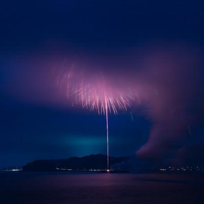高く打ち上がった花火が煙で見えない状態の写真