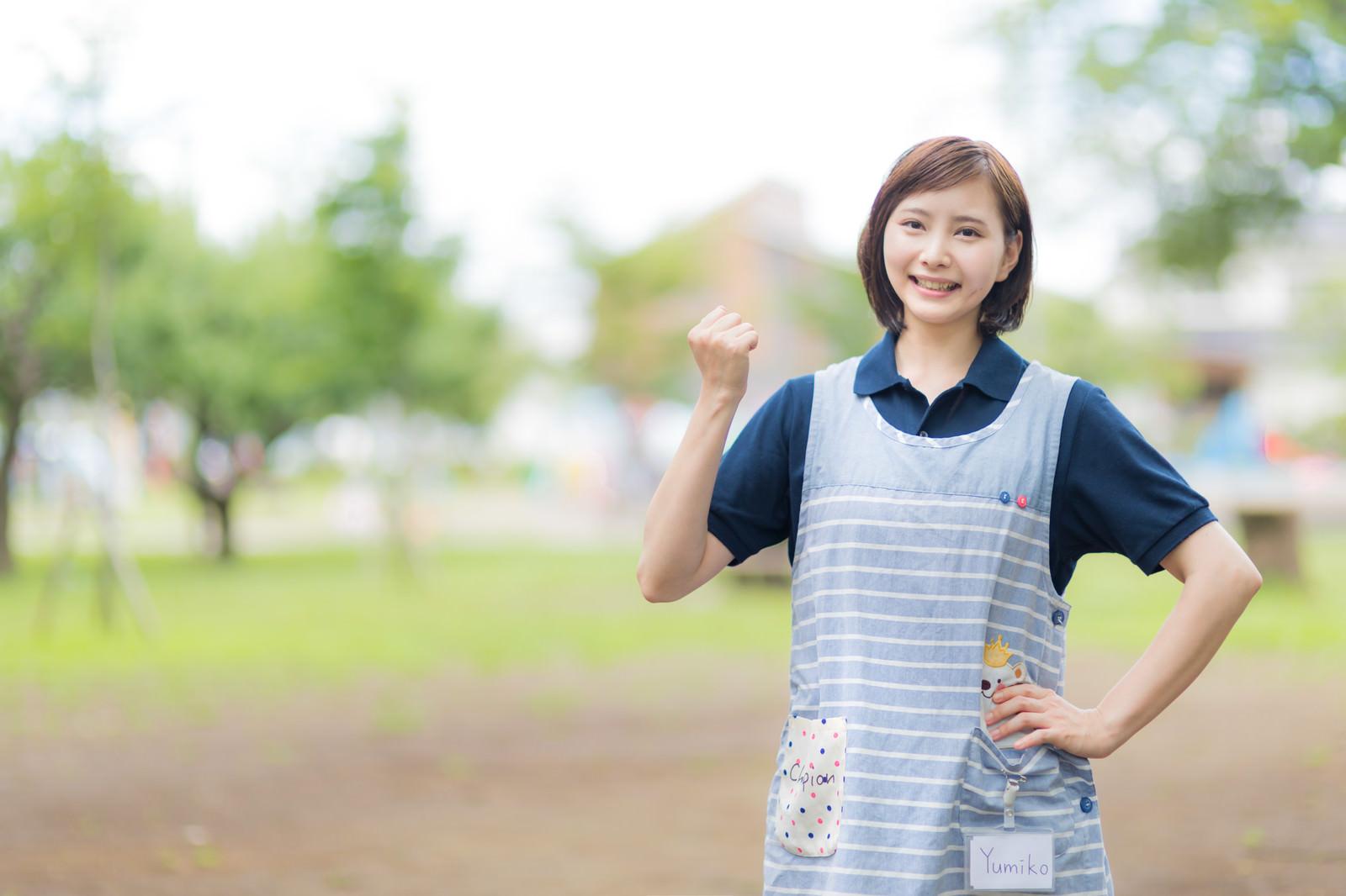 「励ます女性ヘルパー」の写真[モデル:yumiko]