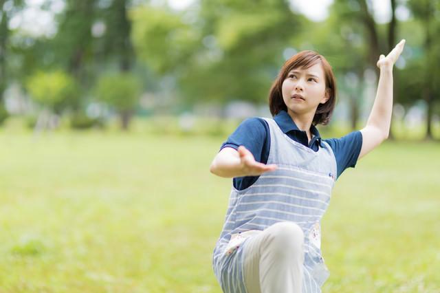 施設で教えてもらった体術を披露する女性の写真