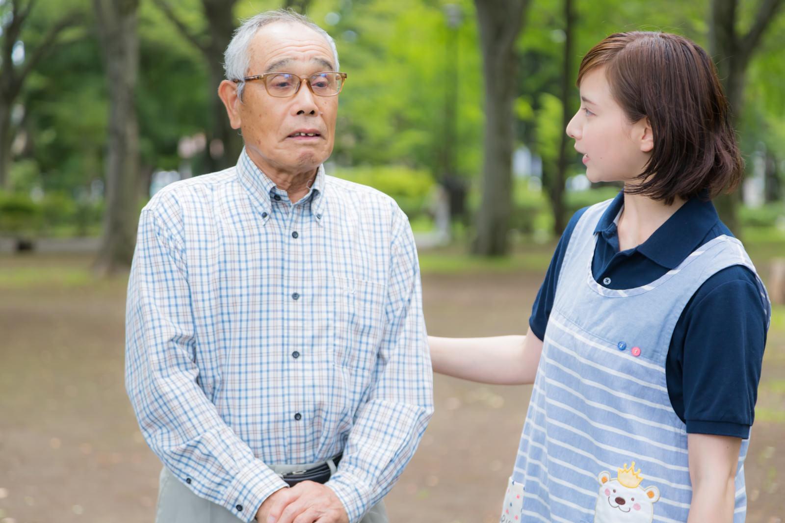 「ひとりで外出してしまった老人と心配する介護士」の写真[モデル:まーちゃん yumiko]