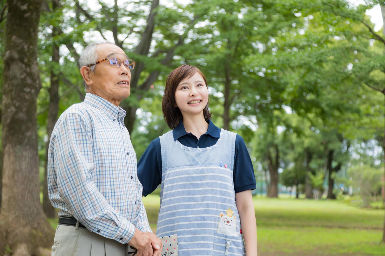 「外出する高齢者と付添の介護士」の写真[モデル:まーちゃん yumiko]