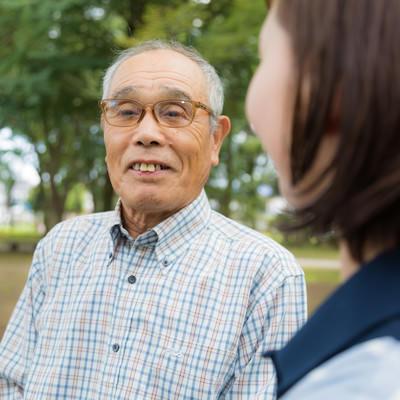 高齢者(86歳)とヘルパーの女性の写真