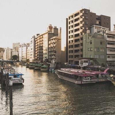「屋形船が停泊している河川と夕暮れ」の写真素材