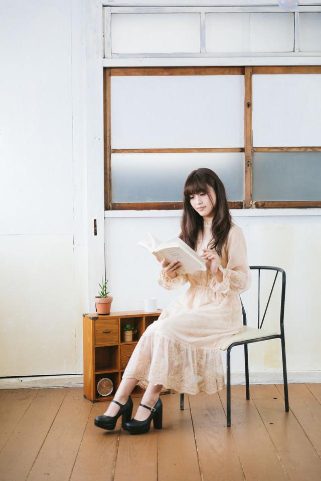レトロ感ある空間で読書する女子の写真