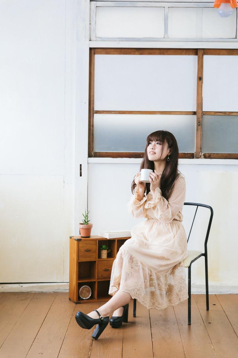 「椅子に座って紅茶を飲んでひとやすみ」の写真[モデル:河村友歌]
