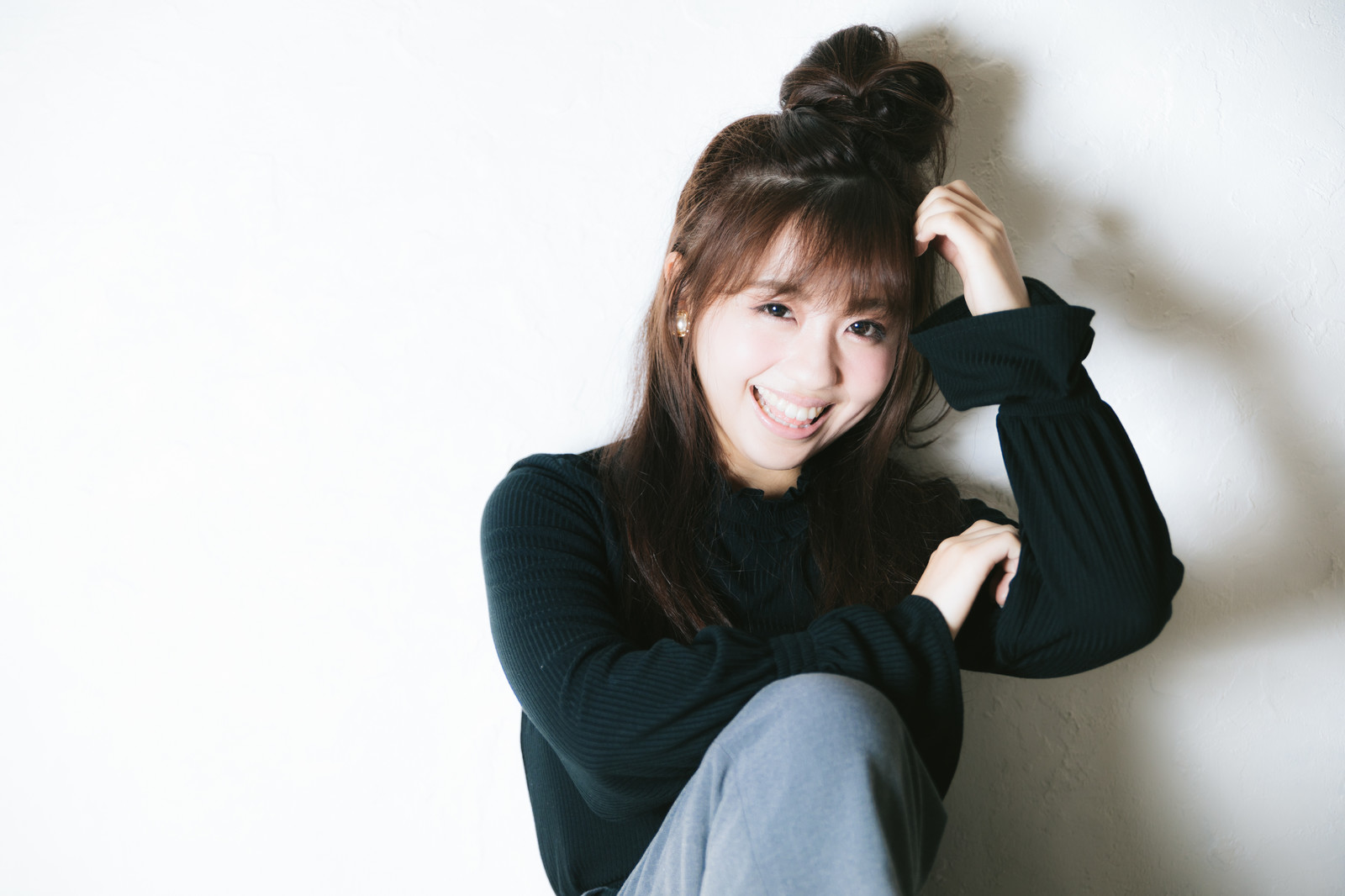 「眩しい笑顔の若い女性」の写真[モデル:河村友歌]