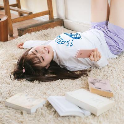 「飽きてスマホを見ちゃう女子大生」の写真素材
