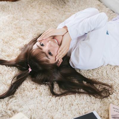 髪の毛でハートのかたちをつくる女子の写真