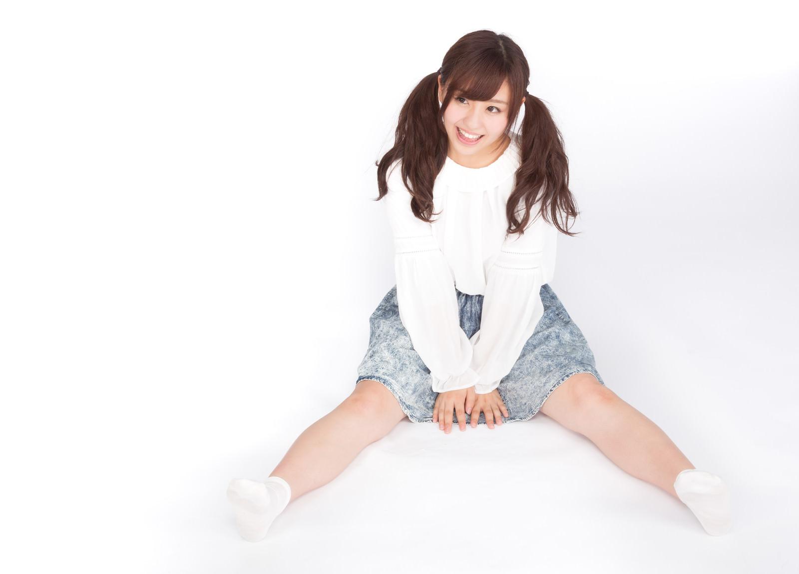 「座り込む笑顔の女性座り込む笑顔の女性」[モデル:河村友歌]のフリー写真素材を拡大
