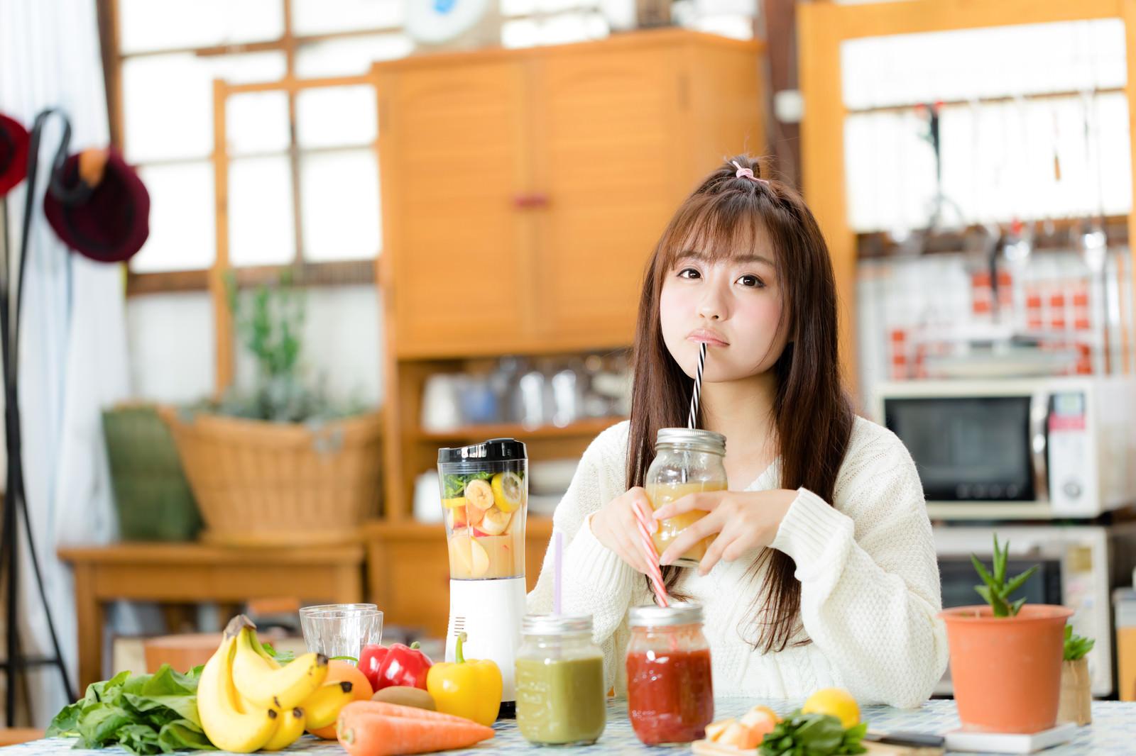 「朝スムージーを楽しむ女性」の写真[モデル:河村友歌]