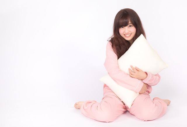 ピンク色のパジャマを着た若い女性の写真