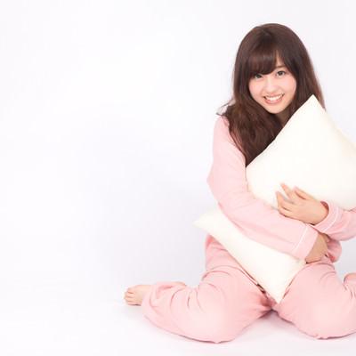 「ピンク色のパジャマを着た若い女性」の写真素材