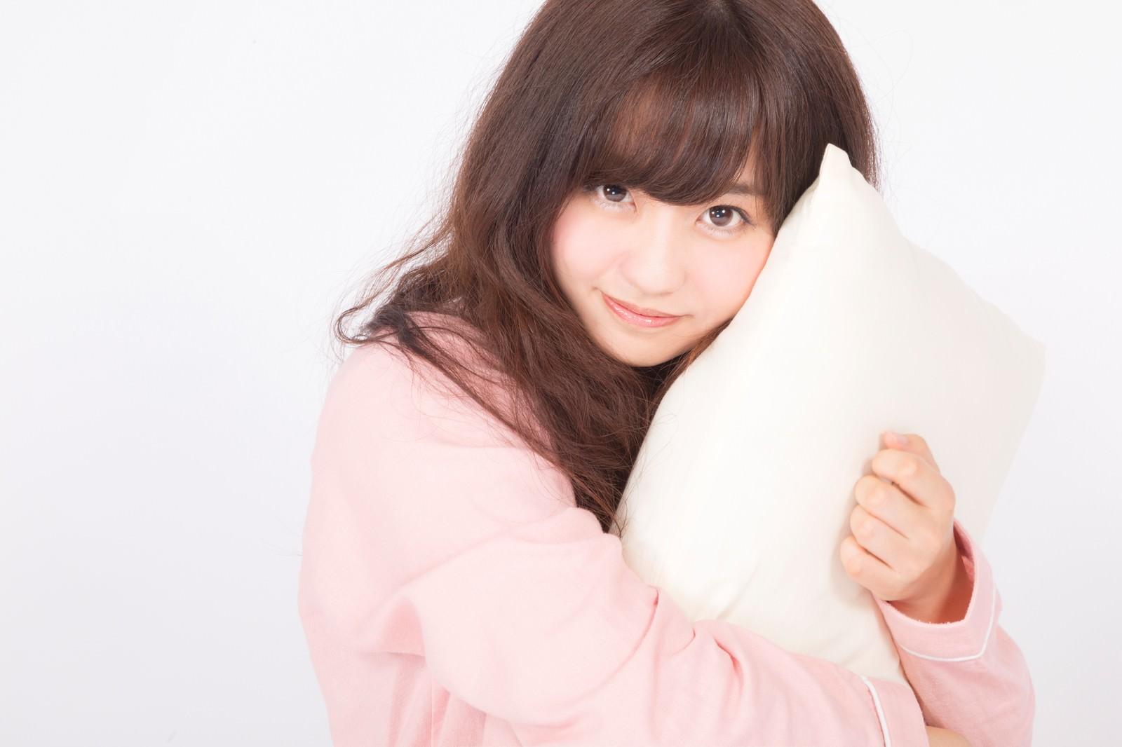 「まくらを抱きしめるパジャマ女子 | 写真の無料素材・フリー素材 - ぱくたそ」の写真[モデル:河村友歌]