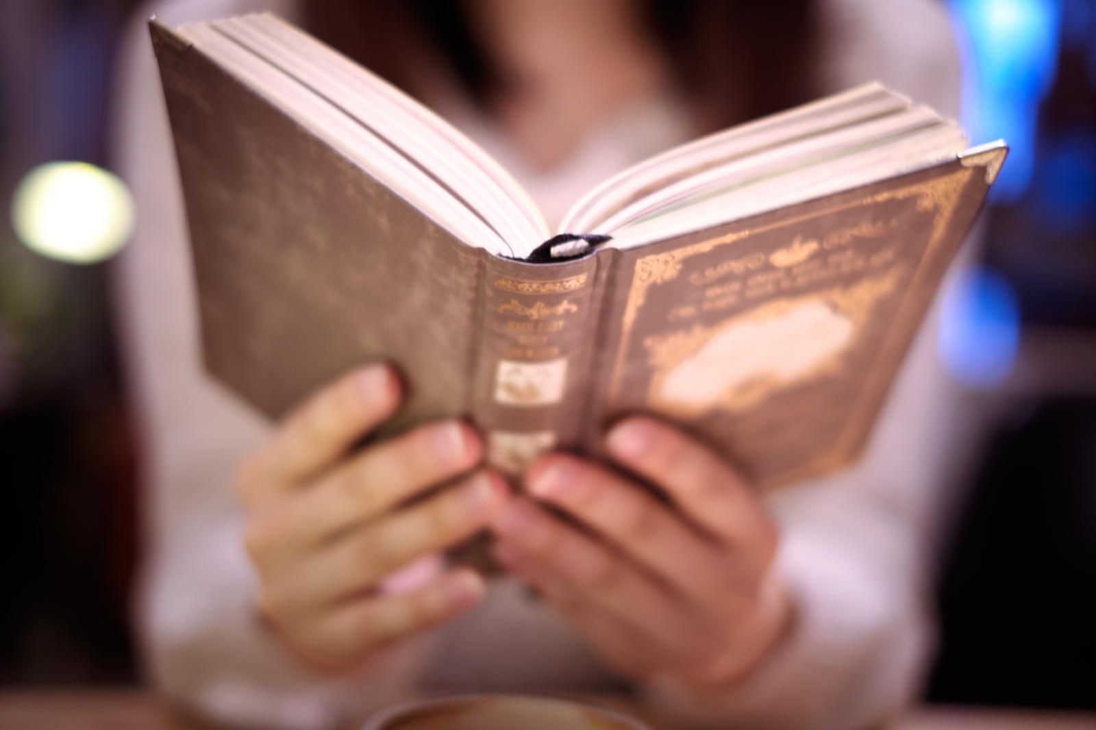 「洋書を持つ女性洋書を持つ女性」のフリー写真素材を拡大