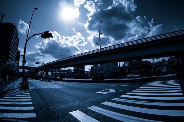 暗い交差点の写真