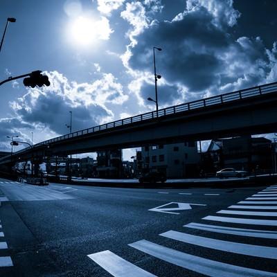 「暗い交差点」の写真素材