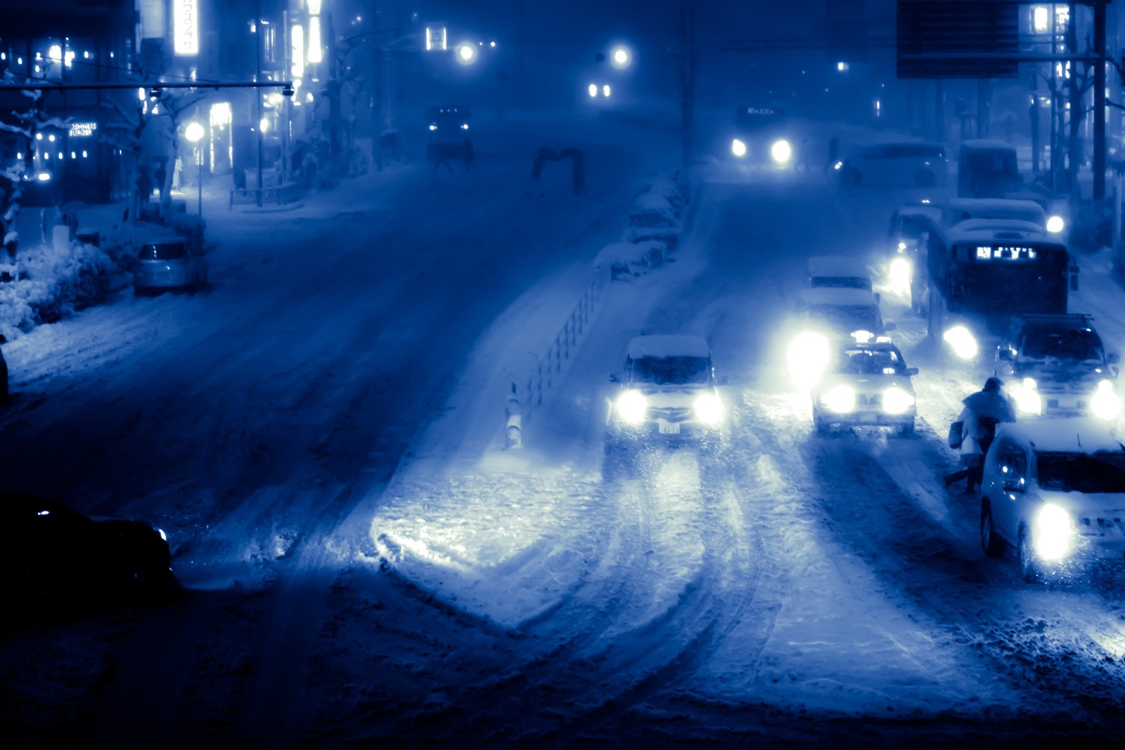 「雪が降り積もる夜の幹線道路雪が降り積もる夜の幹線道路」のフリー写真素材を拡大
