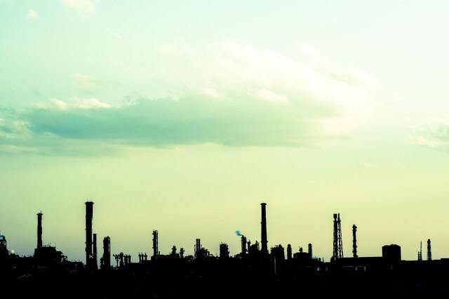 工場のシルエットの写真