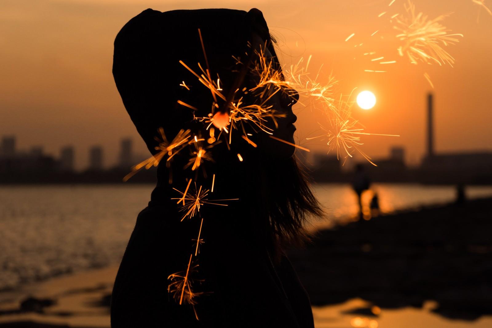 「夕焼けと線香花火のフォトモンタージュ」の写真[モデル:Mizuho]