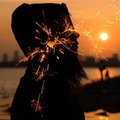 「夕焼けと線香花火のフォトモンタージュ」の写真素材