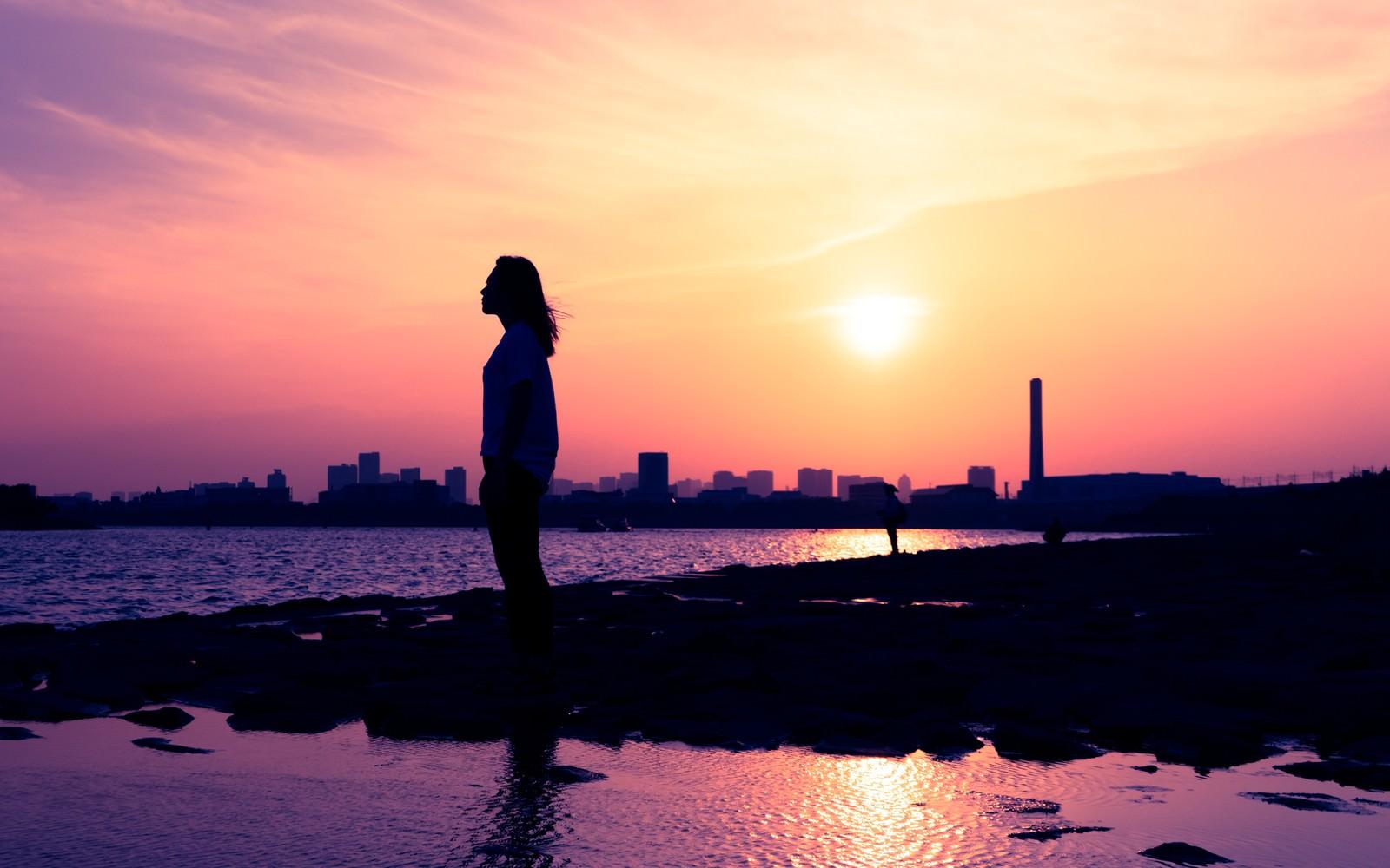 「夕焼けと黄昏れる女性のシルエット」の写真[モデル:Mizuho]