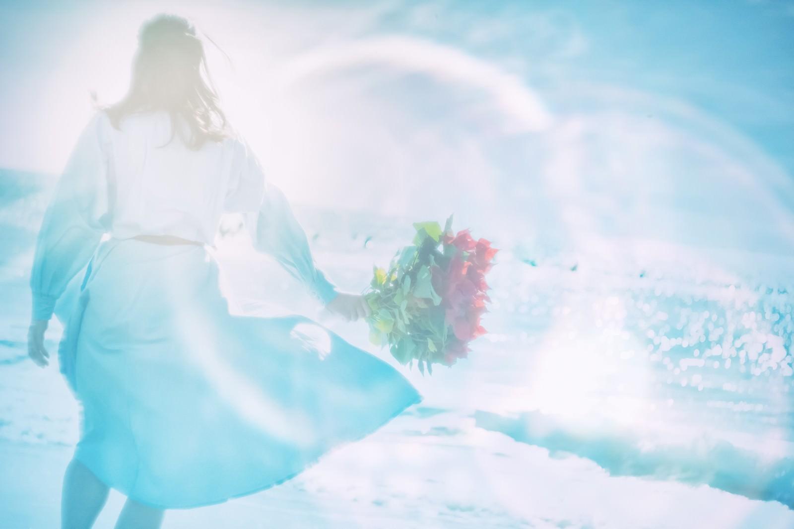 「海辺で花束を持つ女性(フォトモンタージュ)海辺で花束を持つ女性(フォトモンタージュ)」のフリー写真素材を拡大