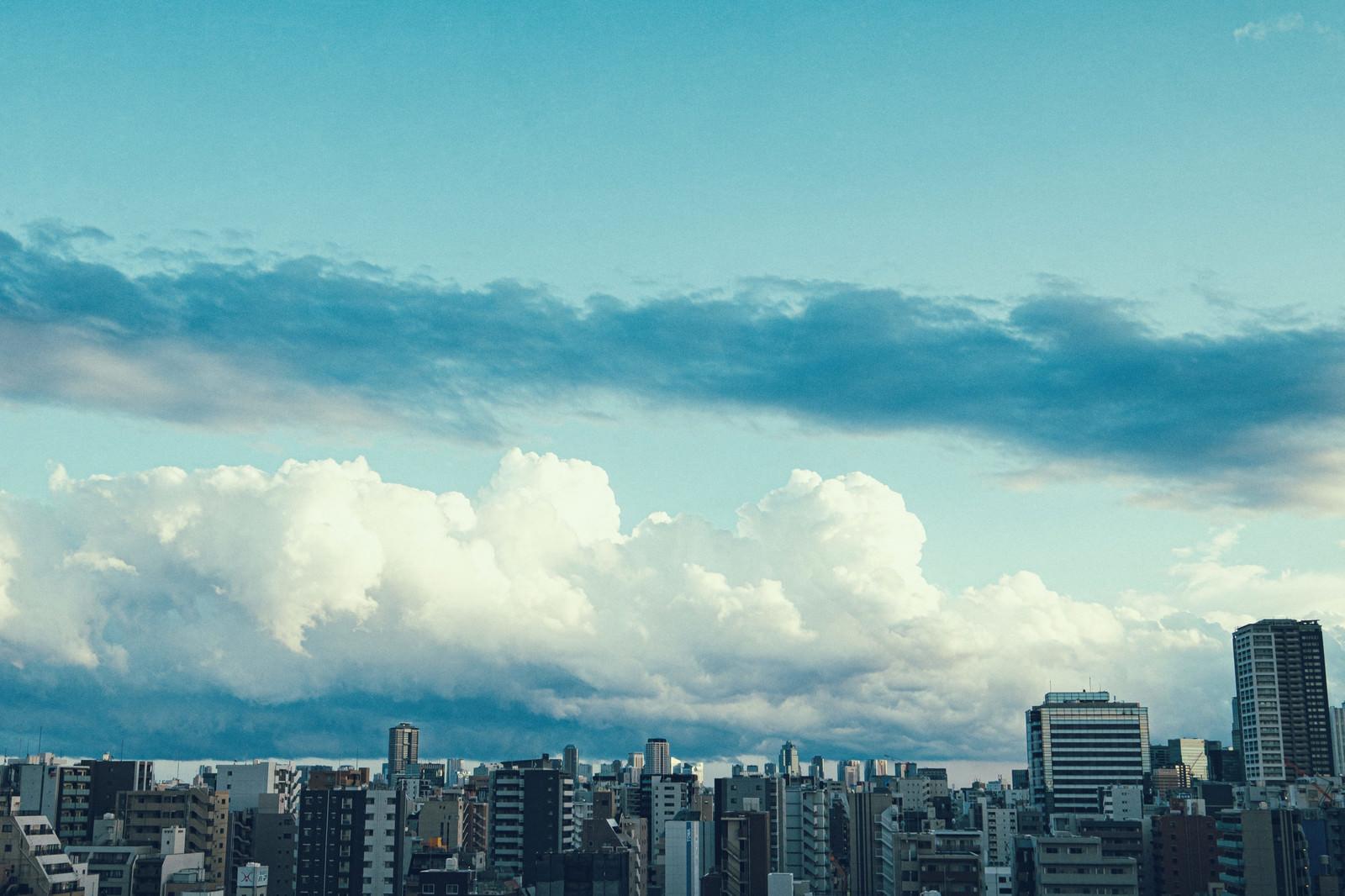 「都会のマンションと雲空」の写真