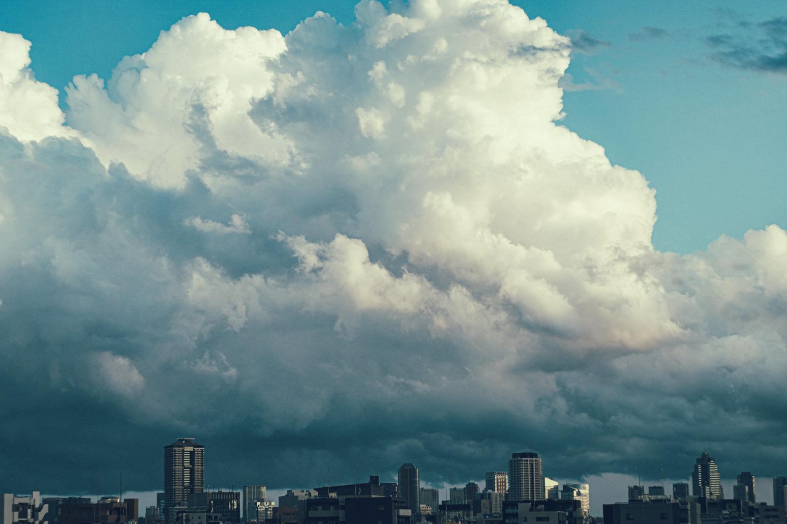 「上空に大きな雨雲」の写真