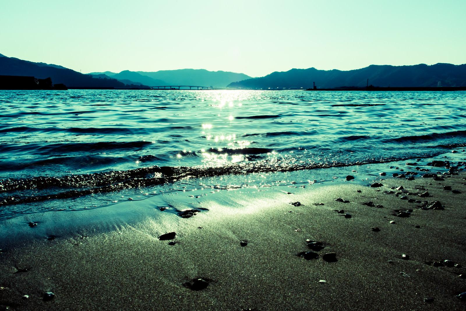 「日の光が差し込む浜辺」の写真