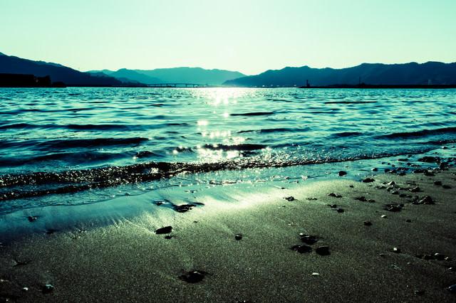 日の光が差し込む浜辺の写真